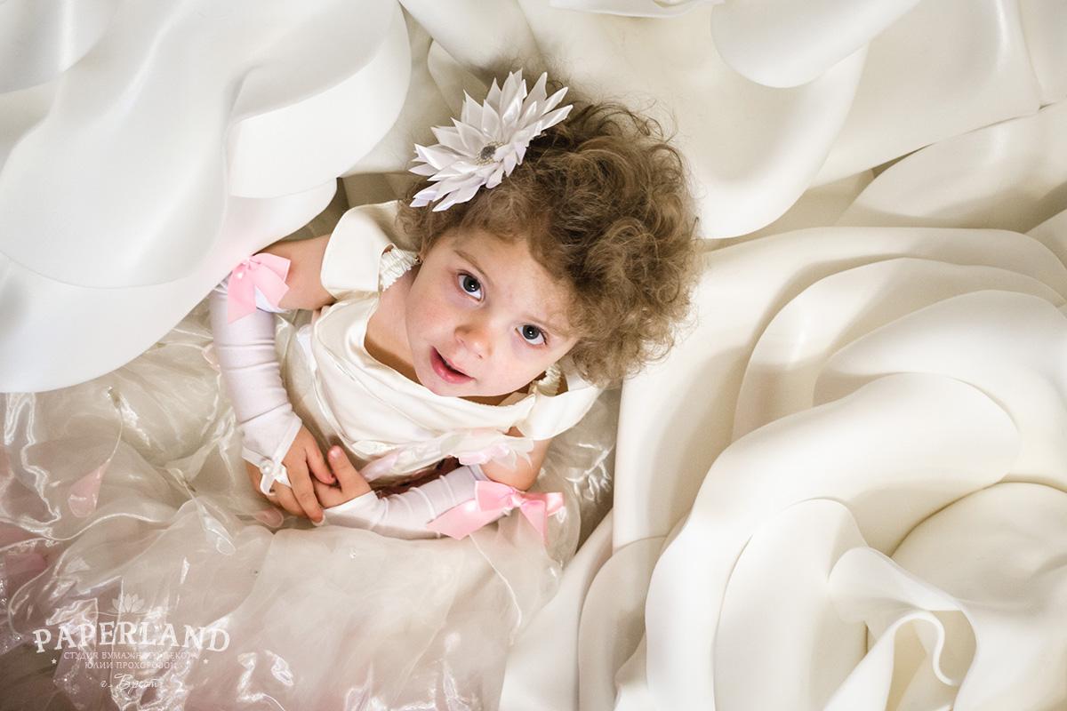 Ребенок и цветы